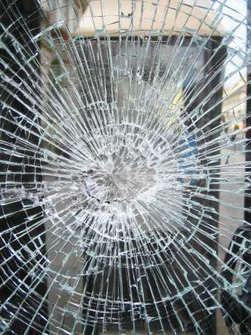 vetrina vetro rotto sfondato