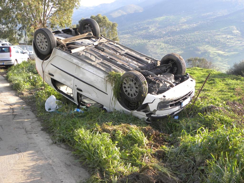 auto-ribaltata, incidente