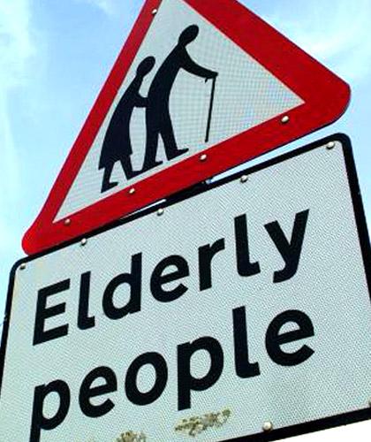 vecchi-anziani-cartello