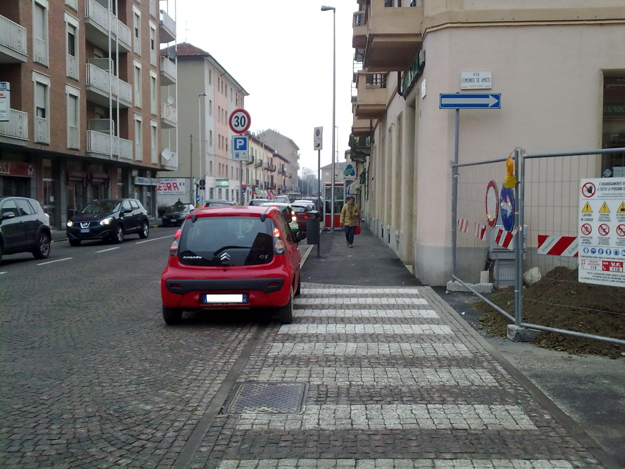 parcheggio corso acqui doppia fila auto