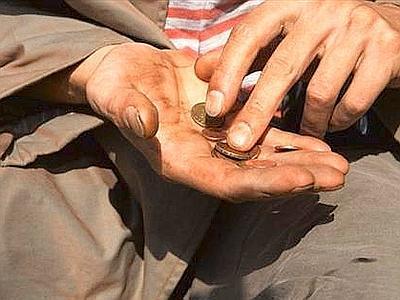 elemosina povertà povero accattonaggio monete mani