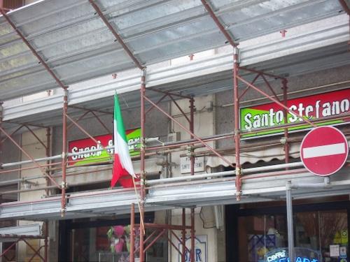 bandiera italiana tricolore impalcatura lavori cantiere