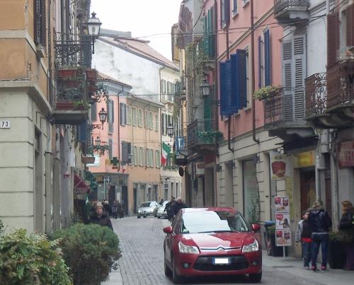 bandiera italiana tricolore via milano