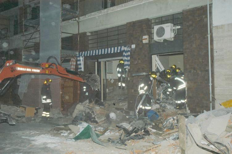crollo vigili fuoco pompieri macerie