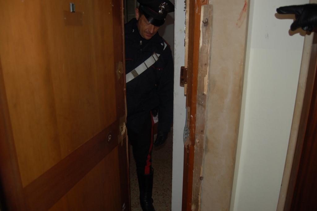 carabinieri ingresso effrazione appartamento porta